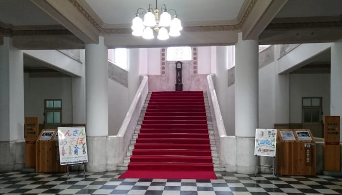 県庁正面玄関ロビー